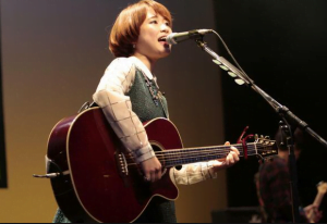 大原櫻子のギターを持ったライブ画像