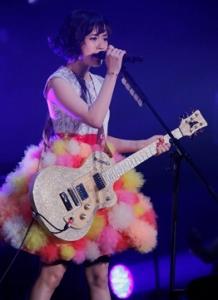 大原櫻子のイタリアギターを持つ画像