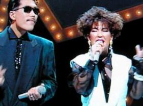 鈴木雅之と姉の鈴木聖美がロンリーチャップリンを歌う画像