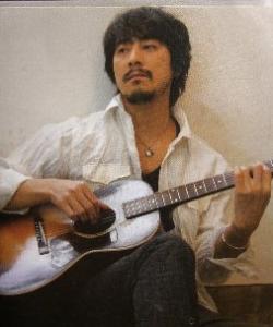 山崎まさよしがギターを弾く画像