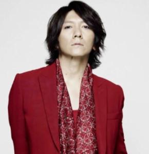 吉井和哉の赤いジャケット姿の画像